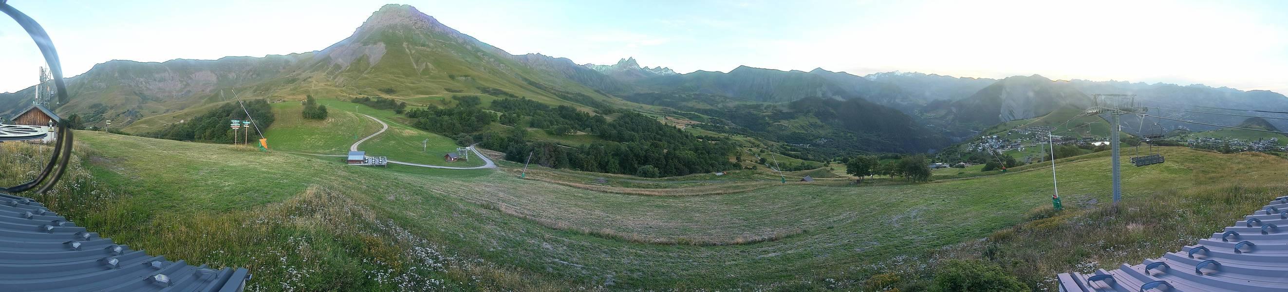 Webcam d Albiez Montrond (Etendard, Col de la Croix de Fer et secteur Glandon au milieu et un peu sur la droite du panorama