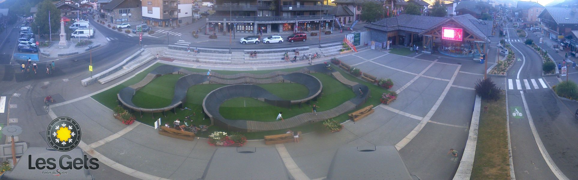 Webcam overlooking the ice rink in the centre of Les Gets
